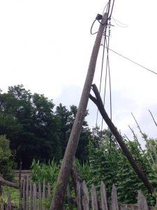 Kraljevo 01 - Stub koji preti dsa padne u dvorište