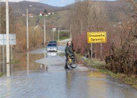 Kraljevo: Morava poplavila put i oranice