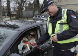 Saobraćajci poklanjali cveće ženama vozačima