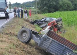Autobus preticao traktor pa zakačio prikolicu, a onda na nju naleteo auto